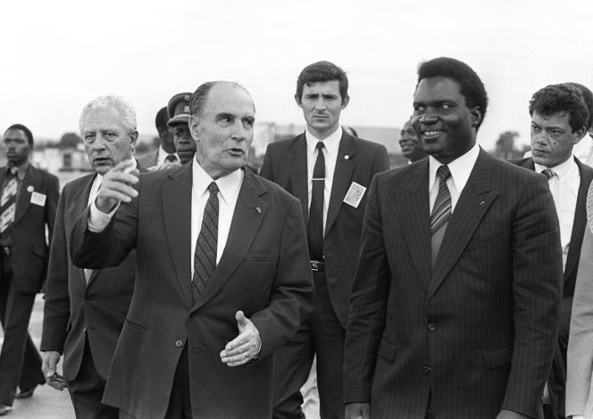 Le président français François Mitterrand avec son homologue rwandaisJuvenal Habyarimana à Kigali, en décembre 1984. L'attentat qui coûta la vie à ce dernier, le 6avril1994, fut l'élément déclencheur du génocide.
