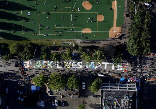 Un gigantesque «Black Lives Matter» peint sur E. Pine Street, à Seattle.