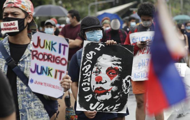Manifestation contre le président philippin, Rodrigo Duterte, le 12 juin, à Manille.