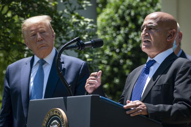 Le président Donald Trump et Moncef Slaoui, chercheur en immunologie et biologie moléculaire, le 15 mai, à la Maison Blanche.