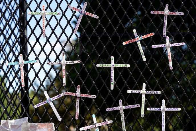 Des croix commémorant les Afro-Américains décédés en garde à vue sont accrochées sur la clôture entourant la Maison Blanche, à Washington, le 7 juin.