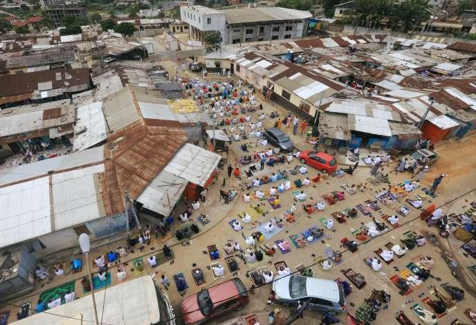 Dans le quartier de Adjame, à Abidjan, le 23 mai, à l'heure de la prière pendant le mois de ramadan.