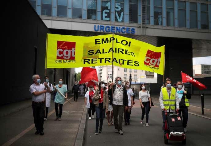 Lors d'une manifestation contre la réforme des retraites, le 9 juin à Nantes.