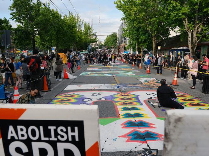 L'un des accès au quartier de Capitol Hill, à Seattle, avec une affiche demandant la fin des services de police de la ville.