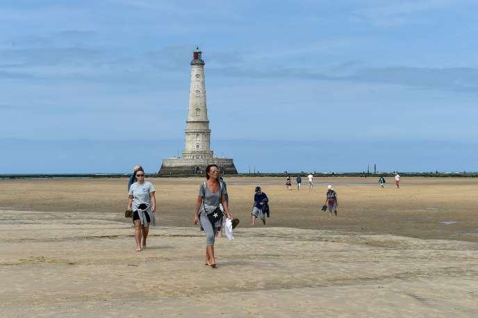 Des touristes visitent le phare de Cordouan, à Verdon-sur-mer (Gironde), en juillet 2019.