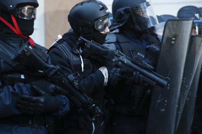 Des agents de la BAC équipés de LBD, lors d'une manifestation conre la réforme des retraites, à Paris, le 19 décembre 2019.