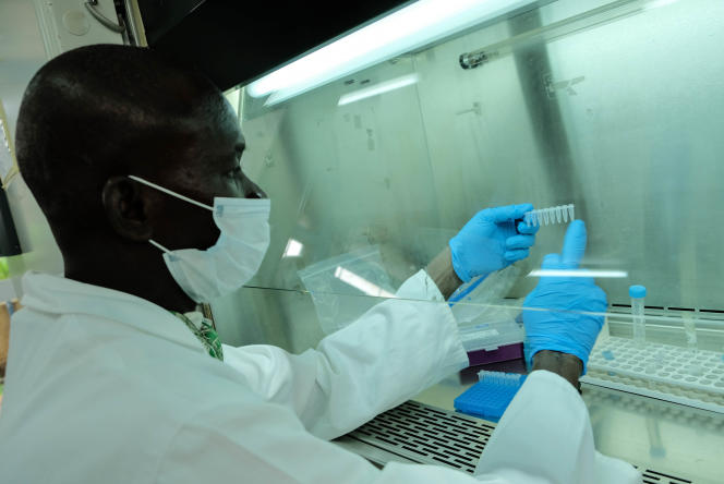 Aliou Traoré, ingénieur et chef de laboratoire au MRTC, étudie le patrimoine génétique du parasite du paludisme.