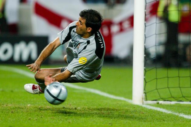 Le Portugais Ricardo stoppant le penalty anglais, le 24 juin 2004, à Lisbonne. Le « gardien sans gants» qualifie son équipe pour la demi-finale de l'Euro.