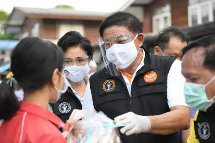 Aswin Kwanmuang participe à la distribution de vivres dans le quartier deLat Krabang à Bangkok, le 22 mai.