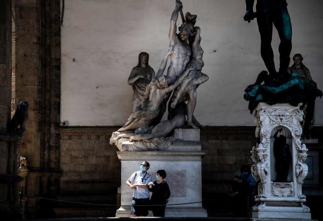 Les premiers visiteurs de la Loggia dei Lanzi depuis la réouverture des monuments au public, le 2 juin à Florence.