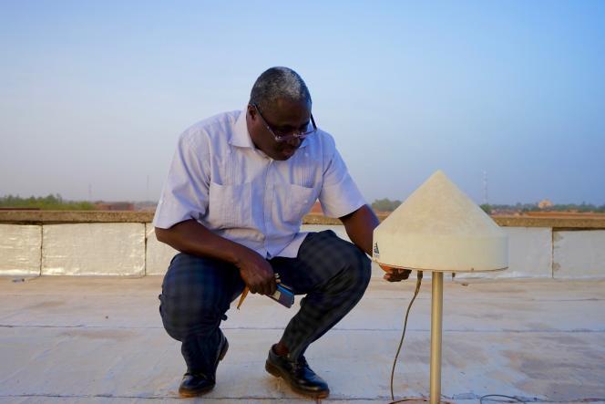 Frédéric Ouattara a installé une antenne pour récolter des données GPS sur le toit de l'université de Koudgou.
