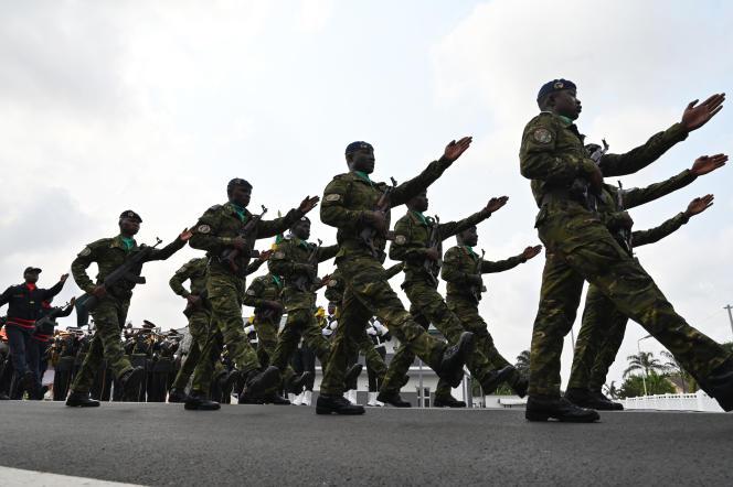 Des officiers de l'armée ivoirienne défilent lors des funérailles du colonel Issiaka Ouattara, à Abidjan le 6 février.