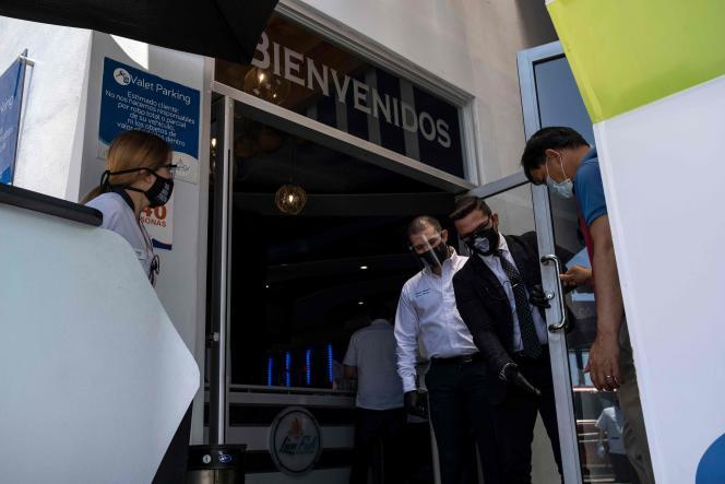 Désinfection avant d'entrer dans un restaurant à Tijuana, dans l'Etat de Basse-Californie, le 12 juin.