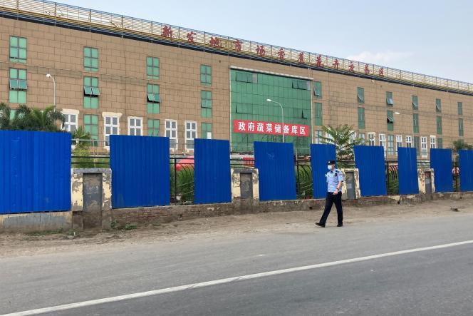 Un policier devant le marché deXinjadi, dans le sud de Pékin. Trente-six nouveaux cas de Covid-19 ont été recensés dans la capitale chinoise, tous en lien avec ce marché, qui a, depuis, été en partie fermé.