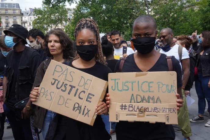 Orlane et Maureen, étudiantes de 22 ans, au rassemblement place de la République à Paris, le 13 juin.