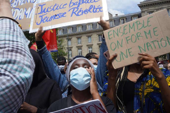 Des manifestants rassemblés place de la République, à Paris, pour une marche contre les violences policières et le racisme, samedi 13 juin 2020.