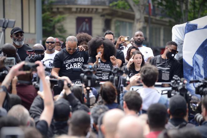 Assa Traoré, la sœur d'Adama Traoré, jeune homme noir mort en juillet 2016 après son interpellation par des gendarmes, avant le début de la manifestation, à Paris, samedi 13 juin 2020.