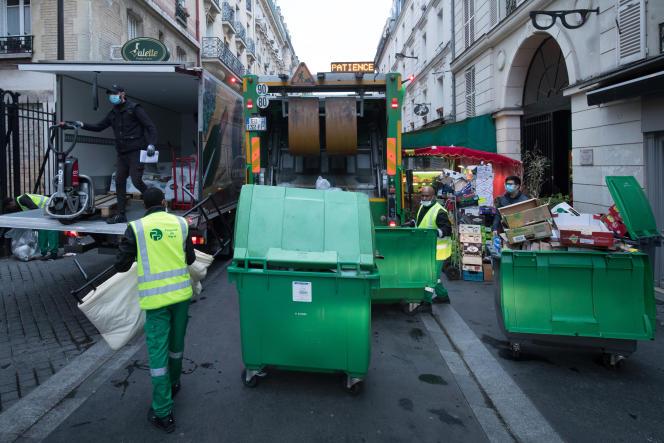 Des éboueurs à Paris, le 30 avril.