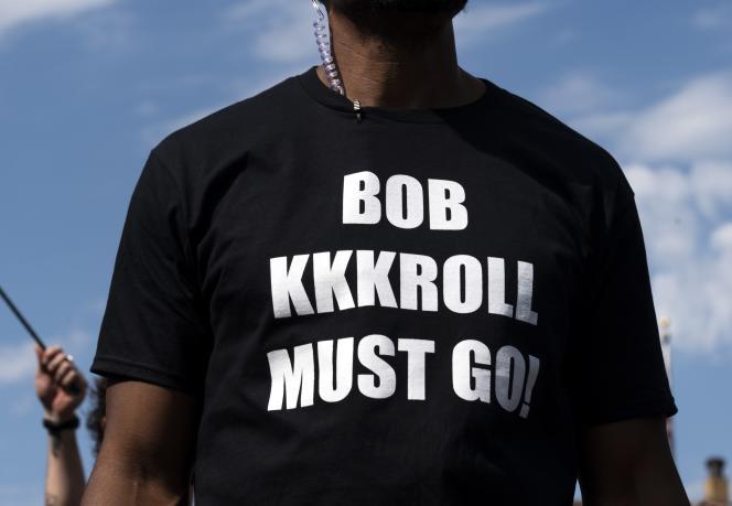 Minneapolis, le 12 juin. Marques Armstrong porte un T-shirt avec l'inscription«Bob KKKroll Must Go!» lors d'un rassemblement devant le syndicat de la police, pour réclamer le départ de Bob Kroll, le dirigeant du syndicat.