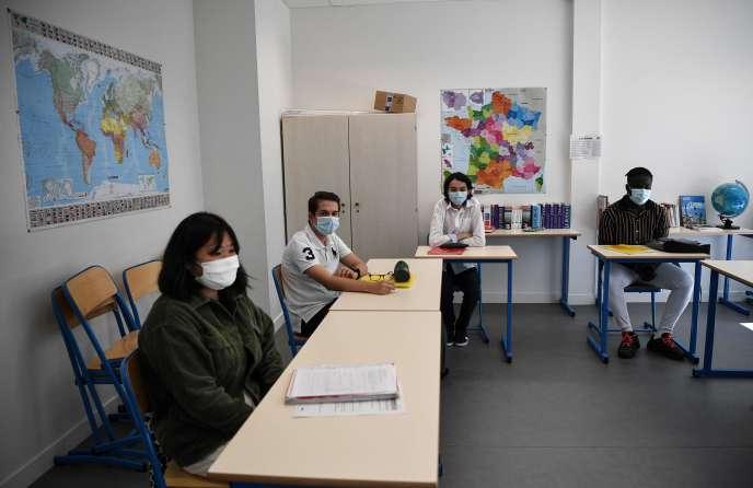 Des élèves du lycée professionnel Jean Perrin dans leur salle de classe à Saint-Cyr-l'Ecole le 2 juin 2020.