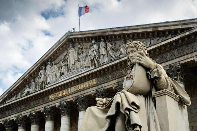 Statue de Jean-Baptiste Colbert (1619-1683), devant l'Assemblée nationale, le 11 juin à Paris.