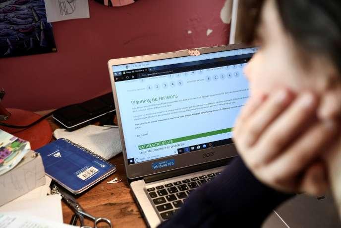 Une lycéenne suit ses cours sur la plate-forme du CNED, à Chisseaux (Indre-et-loire), le 27 mars.