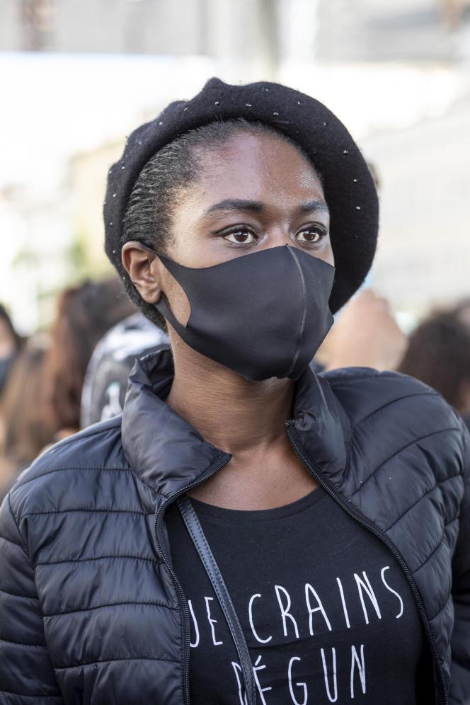 Une femme manifeste contre le racisme et en soutien à la famille d'Adama Traoré, à Marseille, le 13 juin2020.