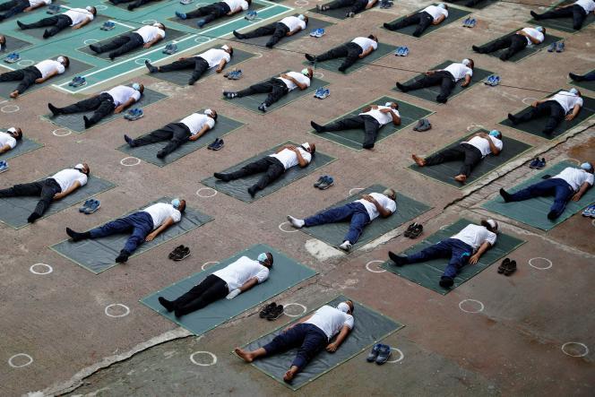 Au Bangladesh, des membres de la police font une séance de yoga.
