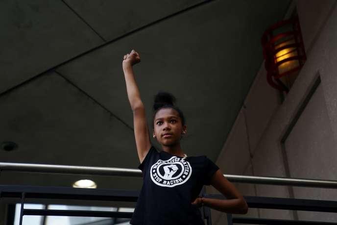 Une jeune fille lève le poing, lors d'une manifestation contre le racisme et les violences policières, à la suite de la mort deRayshard Brooks par la police, le 13 juin à Atlanta (Georgie).