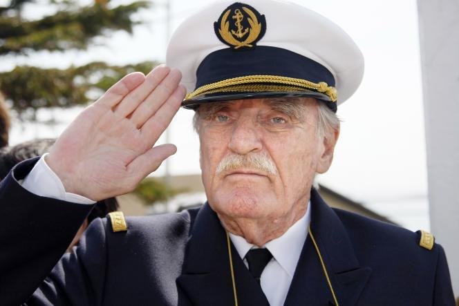L'écrivain, voyageur et explorateur français, Jean Raspail, en uniforme d'officier de la marine nationale, à Saint-Pierre-et-Miquelon, en 2008.