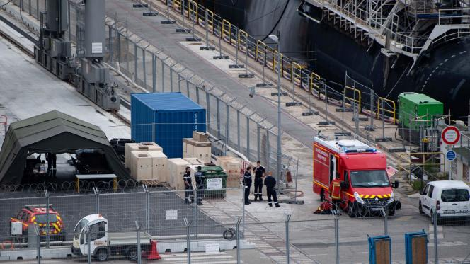 Devant le« Perle», après l'incendie, sur le port militaire de Toulon (Var), le 12 juin.