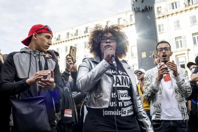 Hawa Traoré, une des sœurs d'Adama Traoré, prend la parole durant la manifestation contre le racisme à Marseille, le 13juin.