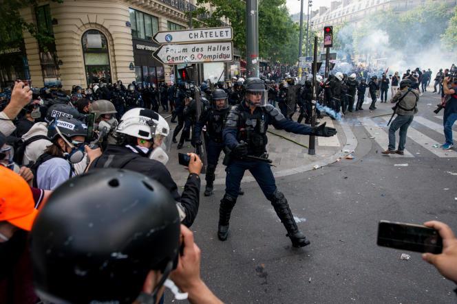 Lors d'une manifestation contre les violences policières, place de la République, à Paris, le 13 juin.