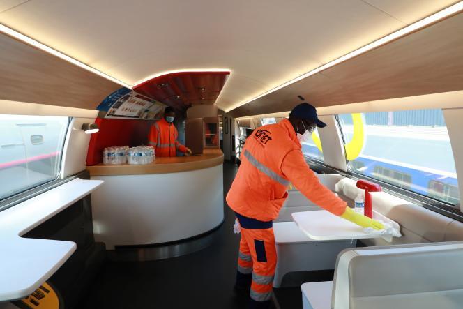 Des employés désinfectent les wagons d'un TGV, le 14 mai à Châtillon (Hauts-de-Seine).
