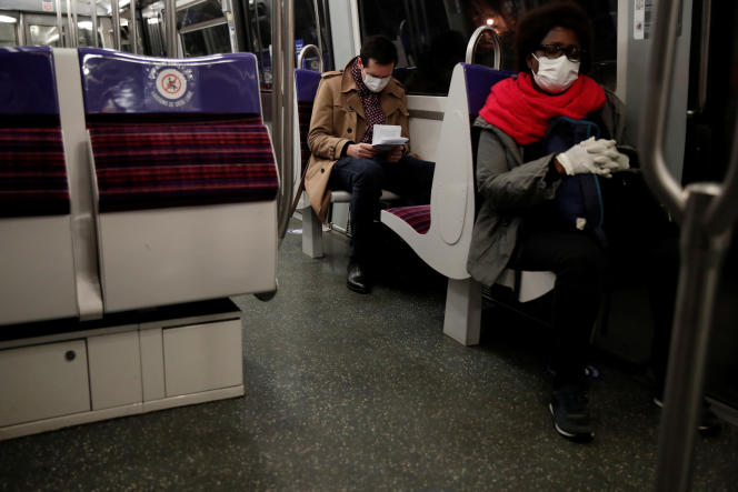 Le port du masque dans le métro,comme ici à Paris le 11 mai dernier, est susceptible de parasiter les interactions sociales, essentiellement fondées sur la communication non-verbale. REUTERS/Benoit Tessier - RC26MG96JE91
