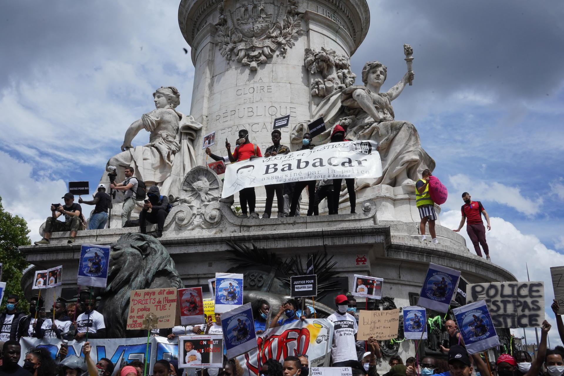Lors de la manifestation contre les violences policières et le racisme, sur la place de la République, le 3 juin à Paris.