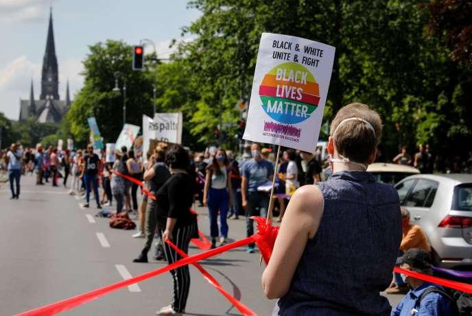Chaîne humaine « distanciée» contre le racisme, à Berlin, dans le quartier de Kreuzberg, le 14 juin 2020.