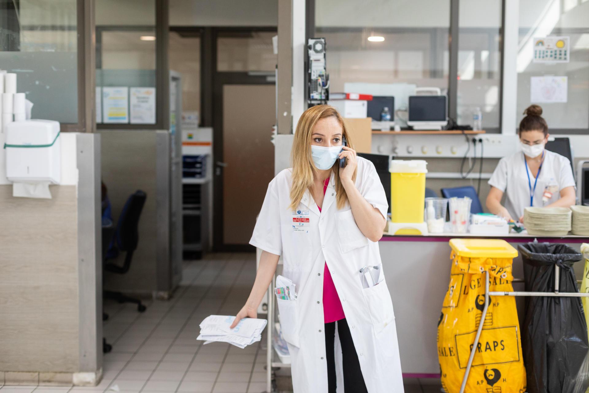 Sheila Gasmi, médecin urgentiste chef d'unité des urgences, au téléphone pour essayer de transférer un patient dans un service.