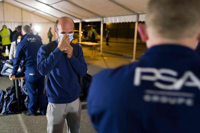 Un employé du groupe PSA, à son arrivée à l'usine de Sochaux (Doubs), le 18 mai.