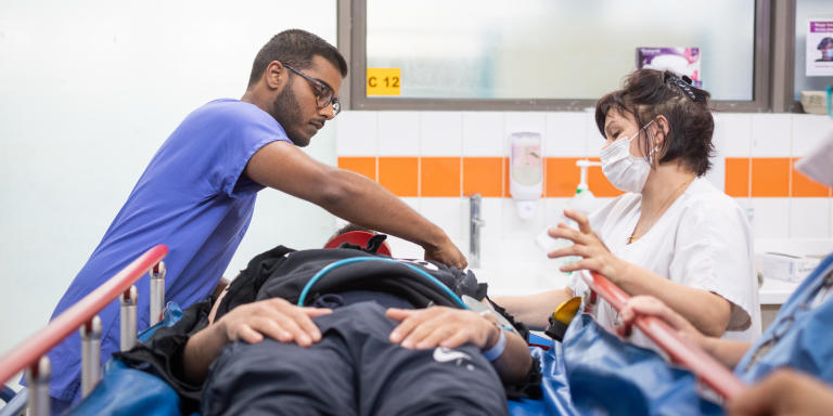 Sujeewa Ranawana, médecin urgentiste, reçoit un patient emmené par les pompiers suite à un accident de moto - Reportage sur le service des urgences du Centre Hospitalier Universitaire Paris Seine-Saint-Denis Avicenne, le 11 juin 2020, Bobigny, France