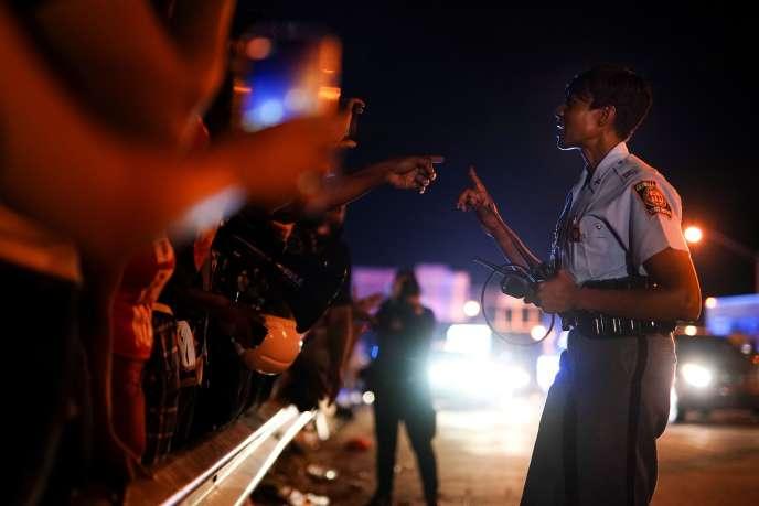 Des manifestants dialoguent avec un policier, à la suite de la mort deRayshard Brooks, le 13juin à Atlanta (Géorgie).