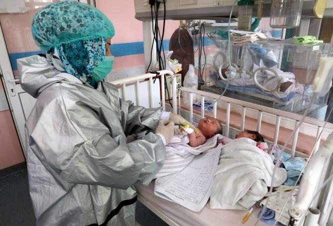 Deux nouveau-nés, qui ont perdu leur mère le 12 mai dans la maternité de Kaboul visée par une attaque terroriste, sont soignés dans une autre maternité de la capitale afghane, le 13 mai.