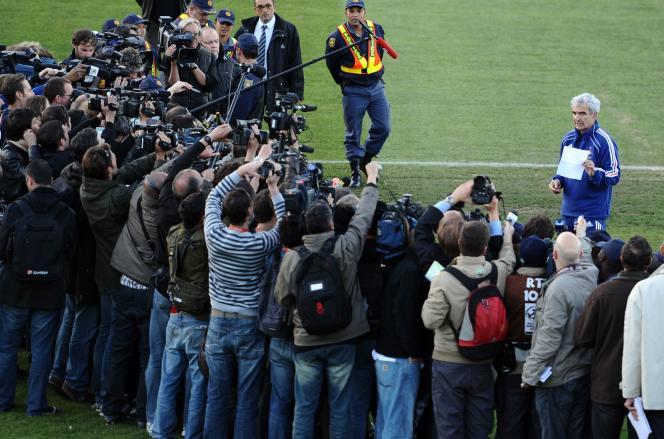 Le 20 juin 2010, à Knysna (Afrique du Sud), c'est le sélectionneur de l'équipe de France de football, Raymond Domenech, qui avait été chargé par les joueurs de lire leur communiqué expliquant leur mouvement de grève.