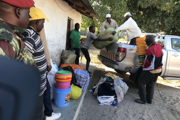 Déchargement de nourriture et de couvertures pour des déplacés qui ont fui des attaques dans le nord du Mozambique, le 13 juin 2018. Des djihadistes terrorisent le nord du pays.