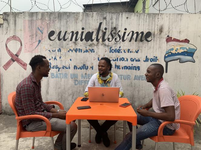 Scaly, Angelo et Joël, militants de Jeunialissime, au siège de l'association dans la commune de Bandalungwa, à Kinshasa, en mai 2020.