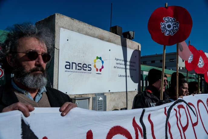 Manifestation contre les pesticides de synthèse SDHI devant les locaux de l'Anses, à Lyon, le 8 février.
