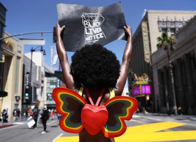 Manifestation sur Hollywood Boulevard, le 14 juin à Los Angeles, pour Black Lives Matter en remplacement de la Gay Pride, annulée au début du mois pour cause de Covid-19.