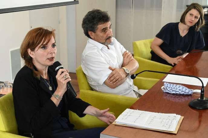 Clothilde Ollier (à gauche), Mohed Altrad (au centre) et Alenka Doulain annoncent leur alliance aux municipales, à Montpellier, le 3 juin.