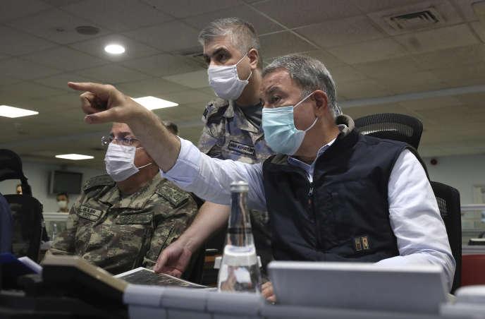 Le ministre turc de la défense Hulusi Akar (à droite), dansun centre de commandement à Ankara, lundi 15 juin (photo diffusée par le ministère turc de la défense).