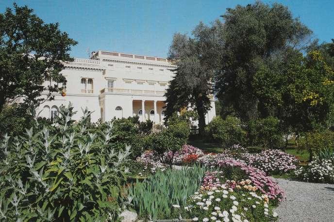 Allées de la villa Les Cèdres bordées de « Dimorphoteca», plantes originaires d'Afrique du Sud aux fleurs colorées, et de « Salvia canariensis» (au premier plan à gauche), originaire des îles Canaries.